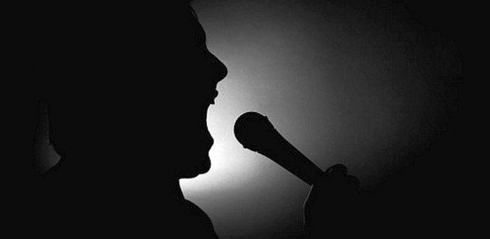 Γνωστός έλληνας τραγουδιστής ερωτηματικό